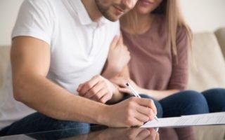 casal assinando contrato de locacao de imovel