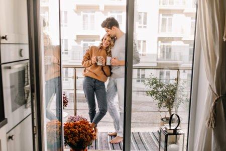 casal na sacada de apartamento
