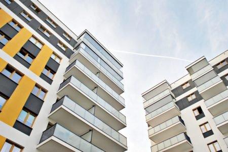 prédios novos vistos de baixo