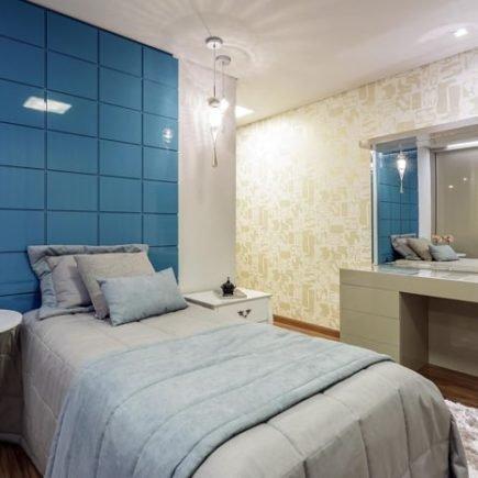 móveis em tom de azul no quarto de menina